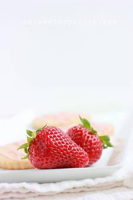 strawberry shortbread cookies berries