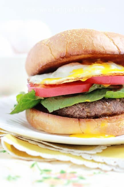 breakfast burger with an egg