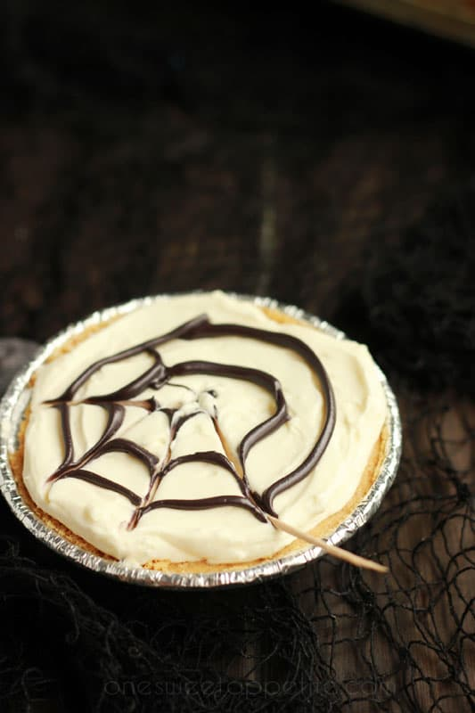 No-bake spiderweb cheesecakes using a toothpick