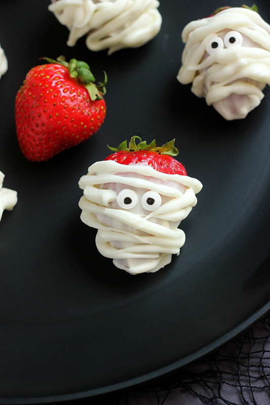 These easy strawberries are spookily delicious. Made with fresh berries and melted white chocolate. You cannot mess up this Halloween dessert recipe!